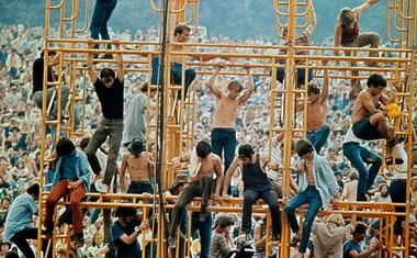 UTRINKI<br /> V eri masovnega nasilja deluje ideologija Woodstocka precej naivno. Dandanašnje tovrstne prireditve bi verjetno minile v znamenju slednih psov, detektorjev in obilo paranoje.