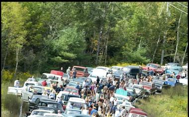 MEKA ZA SVOBODNJAKE<br /> Originalni Woodstock je potekal na dva tisoč kvadratnih metrov obširni kmetiji v mestecu Bethel, nekaj ur vožnje iz Woodstocka. Gneče na cestah so bile nepopisne.