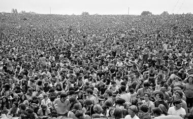 PRESEŽEK<br /> Večstotisočglava množica na fotografiji legendarnega glasbenega fotografa Barona Wolmana, ki je ob 47. obletnici izdal kolekcijo ikoničnih fotografij.