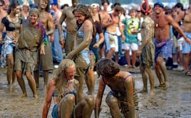 'MUDSTOCK'<br /> Prizor iz leta 1994, 25. obletnice, ki je podlegla posledicam kombinacije slabega vremena in gneče. Dogodka se je oprijel vzdevek Mudstock ('blatni dogodek').