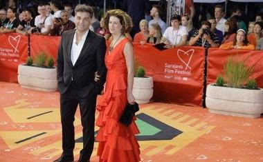 Z oskarjem nagrajeni režiser Danis Tanovic s soprogo na rdeči preprogi.