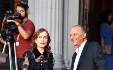 Direktor festivala Mirsad Purivatra je na rdeči preprogi tako sprejel francosko igralko Isabelle Huppert.