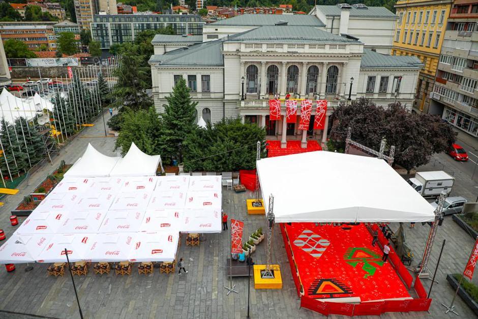Pogled iz zraka na trg pred Narodnim gledališčem s prav posebno rdečo preprogo narejeno za jubilejni 25. SFF. (foto: Foto: Sff)