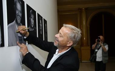 Igralec Emir Hadžihafizbegović je takole podpisal svojo fotografijo.