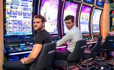 Simon Blažević in Matjaž Mavri Boncelj sta se za igralnimi avtomati zelo zabavala.