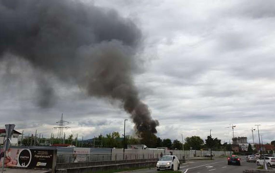V požaru v Stegnah brez poškodovanih, gorele naj bi pnevmatike (foto: STA)