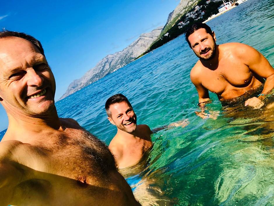 Čuki po nepozabni žurki še zadnjič to poletje pokazali svoja gola telesa (foto: Facebook profil Čuki)