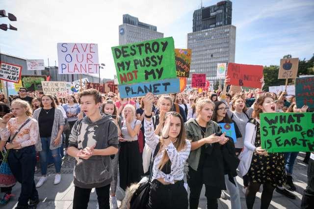Več kot tisoč mladih v Ljubljani zahtevalo razglasitev podnebne krize (foto: Nebojša Tejić/STA)