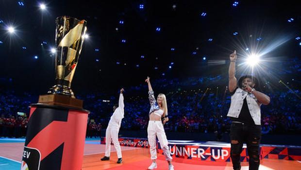 Eva Pavli po nastopu v Parizu odbojkarski reprezentanci in navijačem zapela tudi na Kongresnem trgu (foto: Promocijsko gradivo)