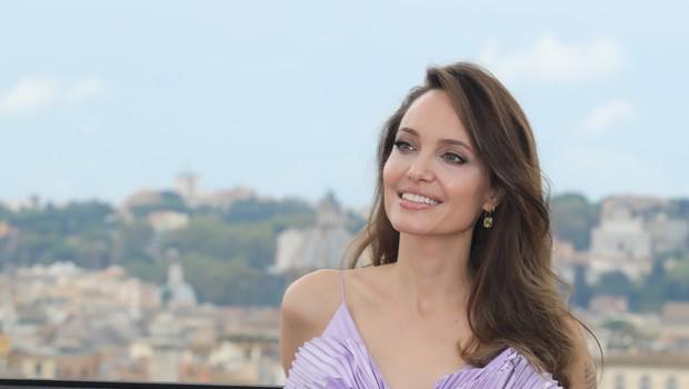 Angelina Jolie presenetila v vijolični barvi: Končno se je odpovedala večni črni! (foto: Profimedia)