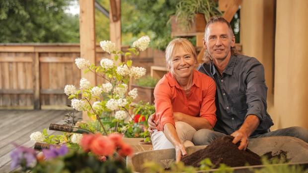 Metka in Frank Reiser v kompaniji z deževniki za zadovoljne rastline v lončkih! (foto: Štartaj Slovenija Press)