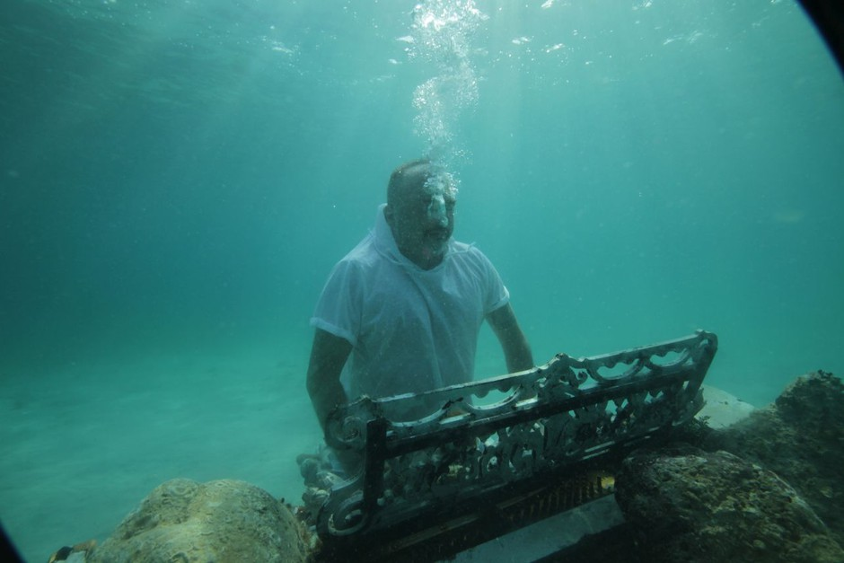 Tony Cetinski igra klavir, če je potrebno, tudi 10 metrov pod vodo (foto: Paolo Gentilini)