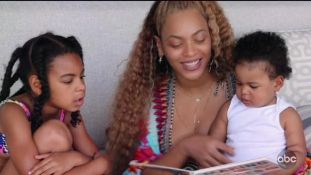 Pevka s hčerko Blue Ivy in sinom Carterjem prebira knjigico. (foto: Profimedia)