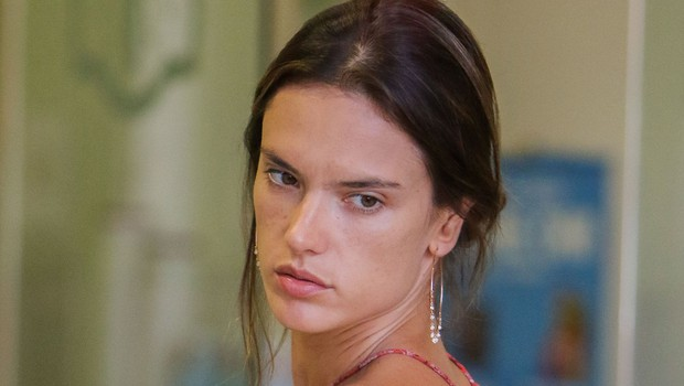 Takšna je manekenka Alessandra Ambrosio, ko jo na ulici ujamejo brez ličil (foto: Profimedia)