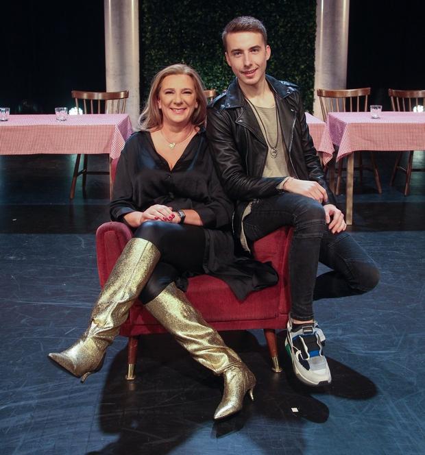 Ponosna mama Urška Alič je med prvimi čestitala sinu Žigi Flajniku za njegov režijski prvenec. (foto: Mare Vavpotič)