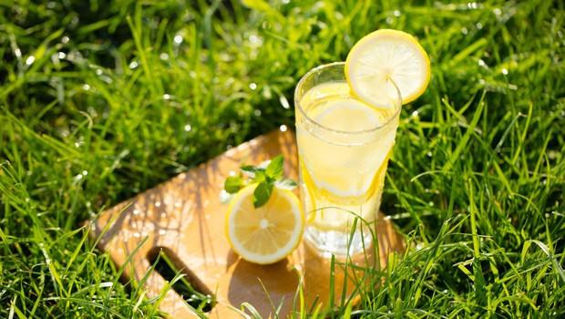 Kozarec vode z limono na dan odžene nevšečnosti stran! (foto: Profimedia)