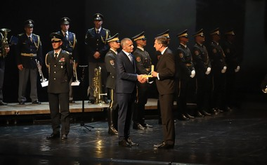 Predsednik RS Borut Pahor izroča državno odlikovanje, zlati red za zasluge, direktorju SNG Maribor Danilu Roškerju.