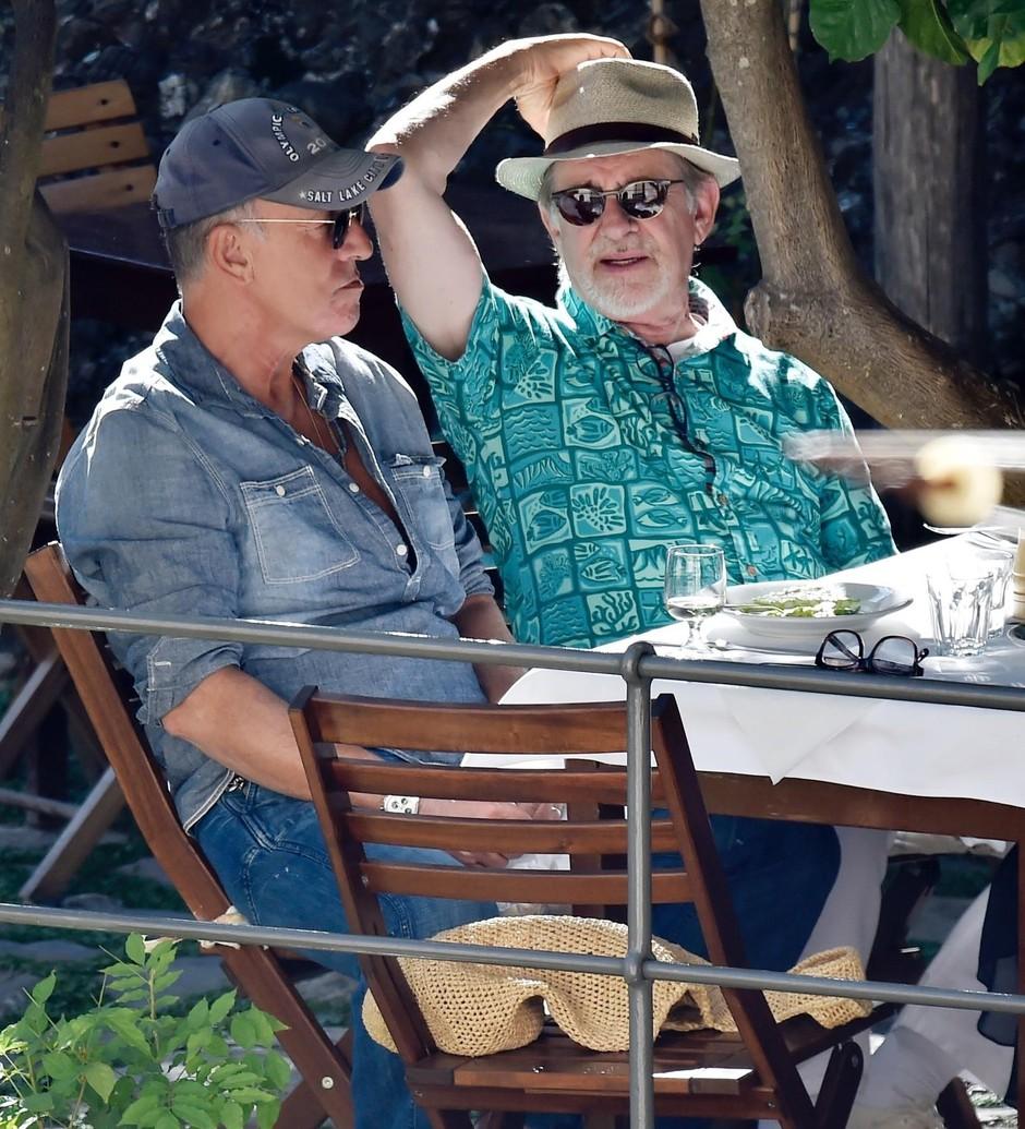 Bruce in Patti Scialfa (66) ter Steven in Kate Capshaw (65) so skupaj s soprogo kosila v eni od restavracij v Portofinu. (foto: Profimedia)