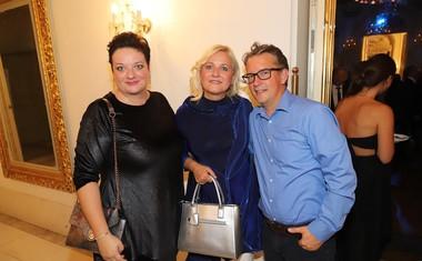 Operni pevki Rebeka Lokar in Andreja Zakonjšek Krt z možem Primožem Krtom, arhitektom.