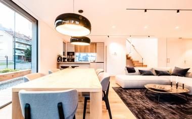 Hiša ima odprto zasnovan bivalni prostor v pritličju, ki združuje kuhinjo z jedilnico in dnevnim prostorom.