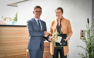 Lone Feifer, generalna sekretarka v Active House Alliance iz Bruslja, je Marku Lukiću, direktorju podjetja Lumar, podelila prestižen certifikat Active House.