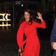 Amal Clooney v čudoviti rdeči obleki skoraj padla sredi ulice