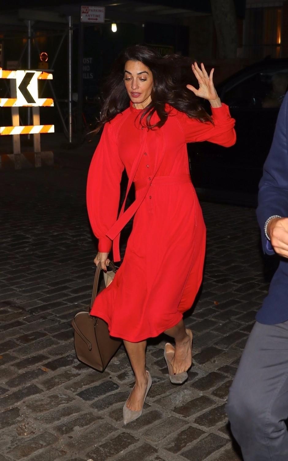 Amal Clooney v čudoviti rdeči obleki skoraj padla sredi ulice (foto: Profimedia)