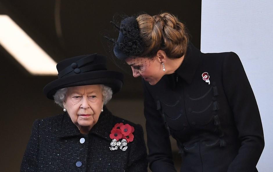 Kraljica Elizabeta II ima zdaj čisto drugačen odnos do Kate Middleton (foto: Profimedia)