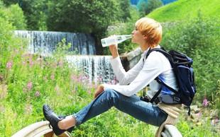 9 trikov za pitje priporočene količine vode vsak dan