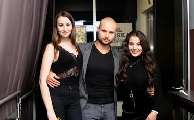 Damjanova desna roka in idejni vodja projekta Uroš Apostolovič-Apo s hostesama.