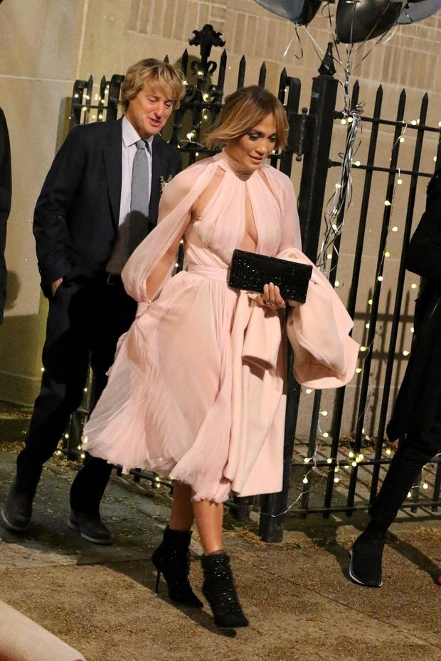 Jennifer Lopez v obleki, ki je komaj obdržala vse njene obline na mestu (foto: Profimedia)