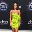 Selena Gomez v ozki zeleni obleki komaj zadržala vse svoje obline na mestu