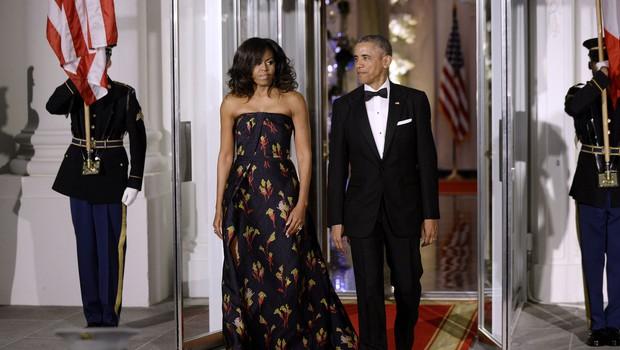 Malokrat ju vidimo skuaj, Michelle Obama objavila ljubko fotografijo v objemu moža Baracka (foto: Profimedia)
