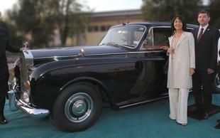 V Rolls-Royce samo z obleko Sens