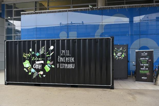 Pred Cityparkom zbrali dva zabojnika tekstila, ki bi drugače lahko pristal v smeteh (foto: Promocijsko gradivo)