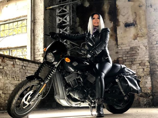 Kdo je ta huda bejba na motorju? Nihče drug kot babica Neda Ukraden (foto: Osebni album)