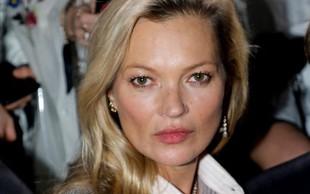 45-letna Kate Moss je v kopalkah še vedno videti naravnost osupljivo