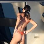 Kendall Jenner je na plažo prišla v kopalkah, ki so komaj kaj pokrile (foto: Profimedia)