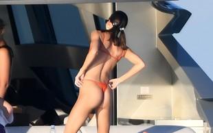 Kendall Jenner je na plažo prišla v kopalkah, ki so komaj kaj pokrile