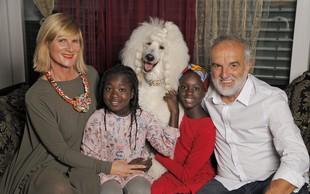 Maja Štamol Droljc svoji deklici prvič odpeljala v Afriko, kjer sta videli mamici