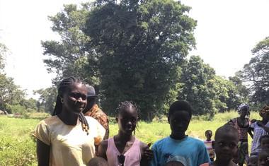 Mami Odete, Žani, Marciano v rdeči majici, najmlajši v modri majici je sosedov.