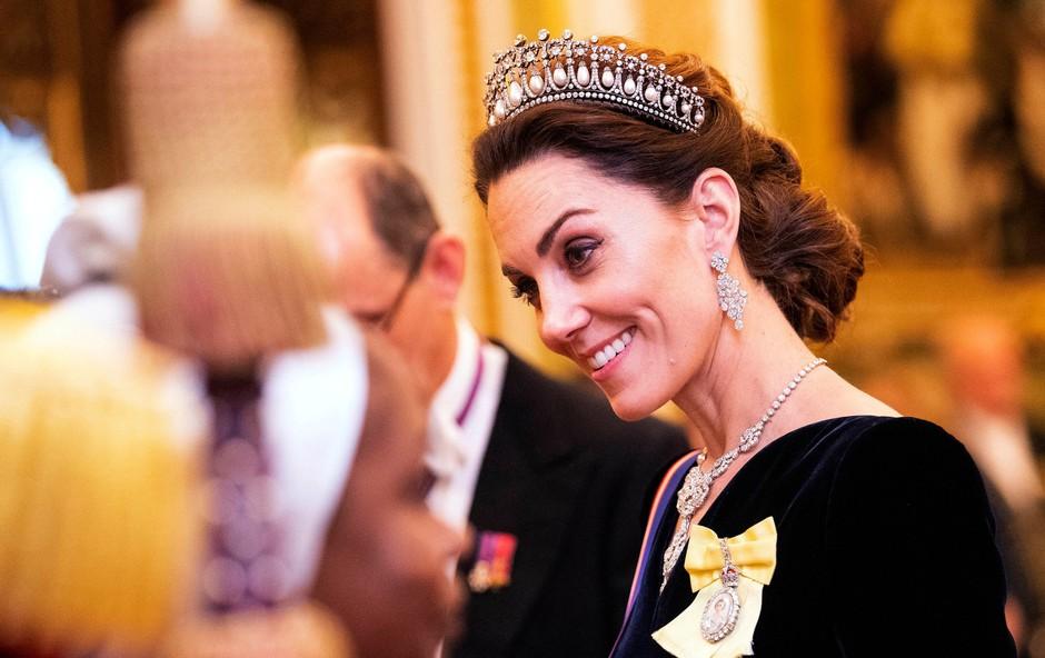 Vojvodinja Kate Middleton na roki nosila skrivnostni prstan, ki ga do zdaj še nismo videli (foto: Profimedia)