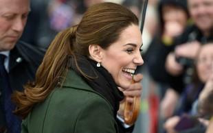 Poglejte si, kako je Kate Middleton pred kamerami odrinila Williama, ko jo je želel potrpljati po roki