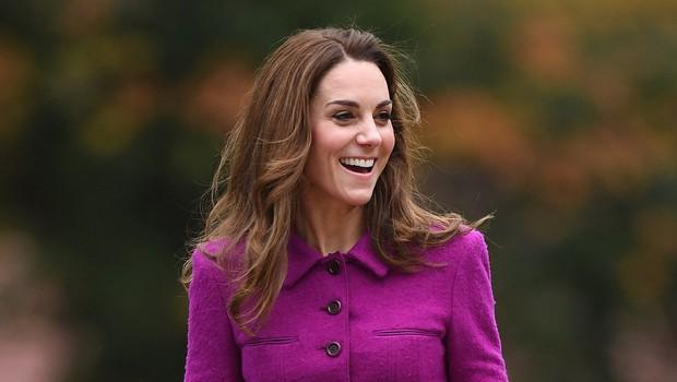 Kate Middleton se je na božično kosilo h kraljici Elizabeti pripeljala sama, ne zgodi se pogosto, da jo vidimo za volanom (foto: Profimedia)
