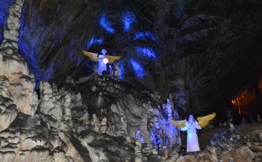 16 svetopisemskih prizorov je razporejenih ob celotni turistični poti.