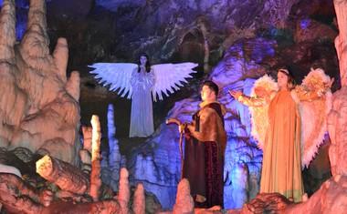 Okoli 150 nastopajočih vsako leto poskrbi za čudovito doživetje božične zgodbe o rojstvu.