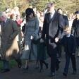 Britanska kraljeva družina pri božični maši brez Philipa in Andrewa
