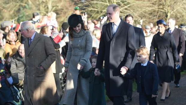 Britanska kraljeva družina pri božični maši brez Philipa in Andrewa (foto: STA)