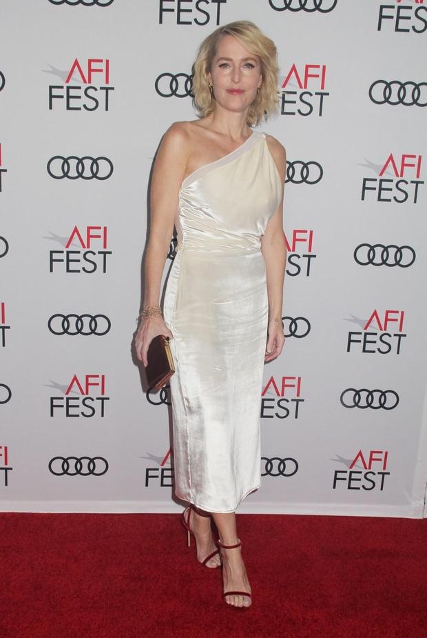 Gillian Anderson je pred dnevi blestela na rdeči preprogi. (foto: Pacificcoastnews/Avalon.Red/Pacific Coast News/Profimedia)