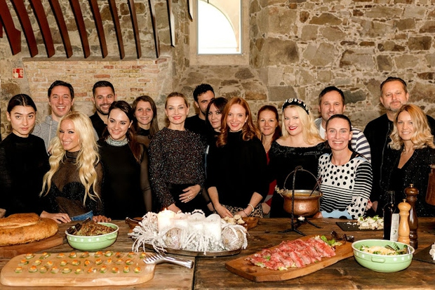 Znani obrazi uživali na edinstveni grajski pojedini ter se spominjali, kako so kuhale naše babice (foto: Nejc Pernek)